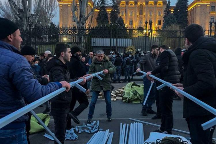 """Ermənistan müxalifəti parlamentin binası qarşısında çadırlar qurur<b style=""""color:red""""></b>"""