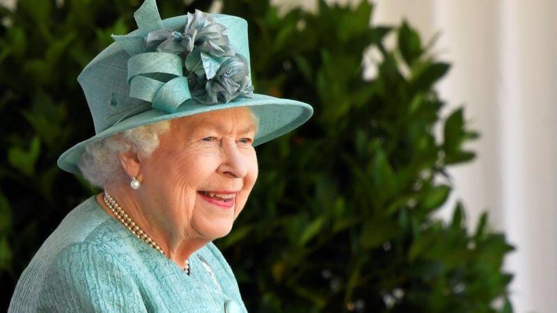 """Kraliça Elizabet peyvənd olunmasından danışdı<b style=""""color:red""""></b>"""