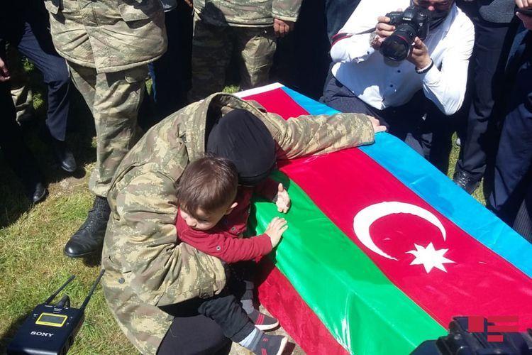 """6 ay komada qalmış şəhidin dəfn mərasimi keçirilib<b style=""""color:red""""></b>"""