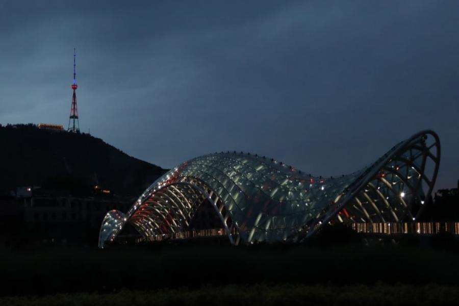"""Tbilisidə Azərbaycan bayrağının rəngləri ilə işıqlandırılıb<b style=""""color:red""""></b>"""