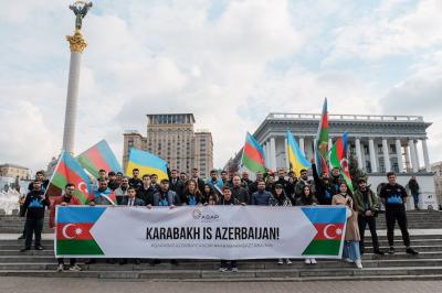 Azərbaycanlı gənclər Kiyevdə aksiya keçirib - Foto
